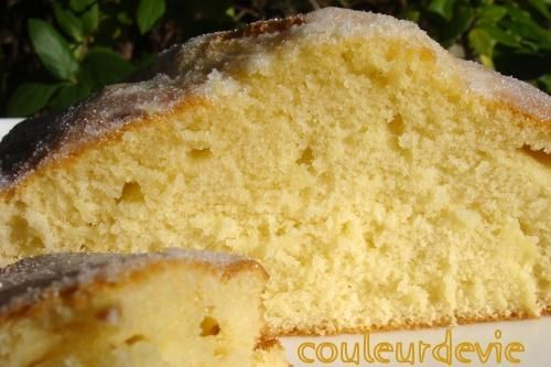 """Gâteau extra-moelleux à la fleur d'oranger Par Couleurdevie Certains le nomme """"fougasse d'Aigues-Morte"""", mais la vraie fougasse est une pâte levée et n'a donc rien à voir. C'est pour cela que je préfère l'appeler gâteau extra-moelleux. D'une simplicité déconcertante, il est pourtant incroyablement bon, délicatement parfumé, il fond dans la bouche. Aussi bon tiède que froid, on l'apprécie au petit déjeuner, au goûter ou à tout autre moment. Bon week-end à vous tous, mettez"""