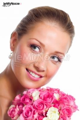 http://www.lemienozze.it/operatori-matrimonio/trucco_e_acconciatura/make-up-sposa-treviso/media/foto/17 Acconciatura sposa con capelli raccolti indietro in uno chignon. Clicca per guardare tantissime altre acconciature sposa >> http://www.lemienozze.it/operatori-matrimonio/trucco_e_acconciatura/make-up-sposa-treviso/media/foto/17