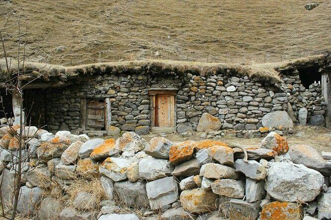 Еще один каменный дом — сакля, такие сооружения используют жители Кавказа. Самые первые сакли были однокомнатными и без окон, пол был земляной, посреди помещения — очаг, дым выходил через крышу.