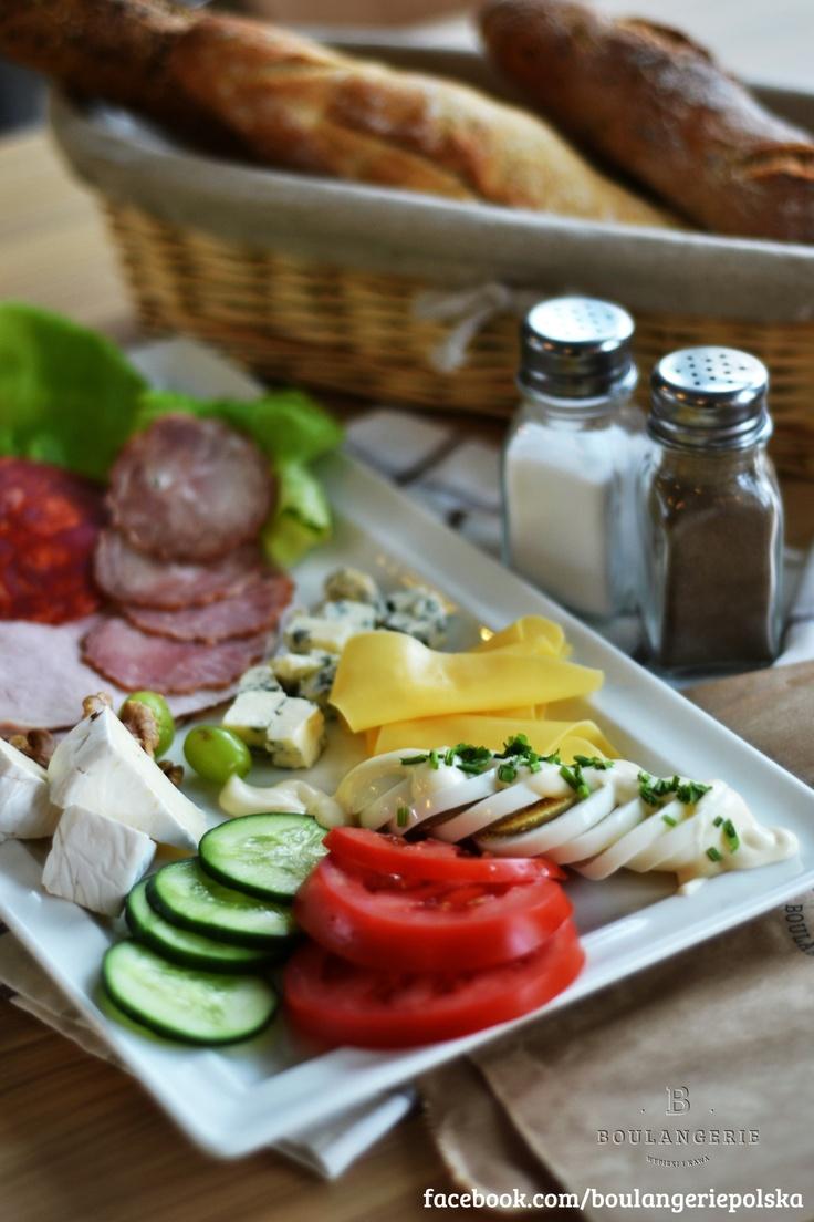 Śniadanie Francuskie- wędliny, sery, jajko na twardo z majonezem i szczypiorkiem, warzywa, pieczywo, masło. 12 zł
