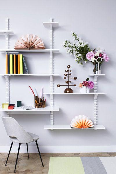 Dans la boutique Maison M., rue de Bourgogne à Paris, un système d'accrochage d'étagères à hauteur variable sur une crémaillère qui s'adaptent à la taille des objets.