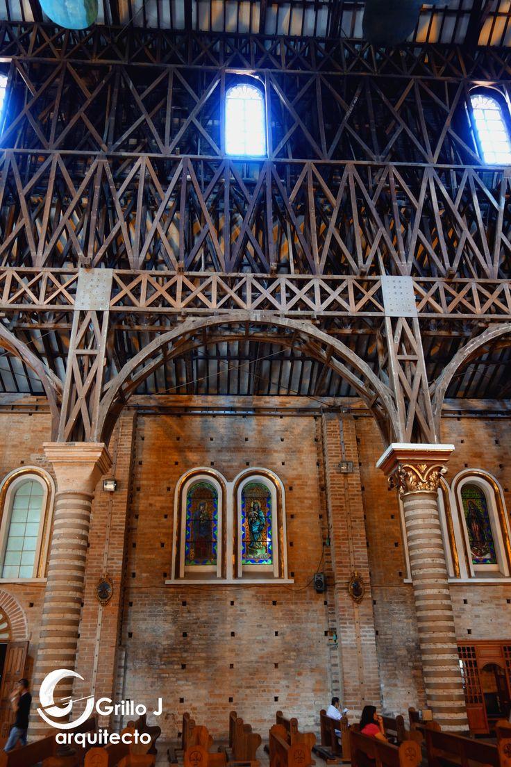 Catedral de Nuestra Señora de la Pobreza. Los muros al interior de la iglesia presentan ladrillo a la vista, decorado con mosaicos, reflejando un estilo Bizantino