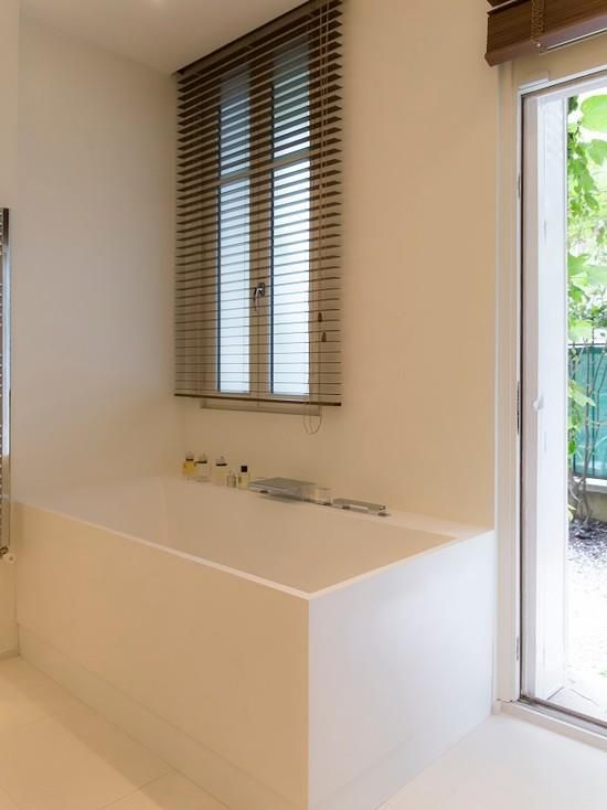 All white modern bathroom open to the outside salle de for Salle de bain ouverte