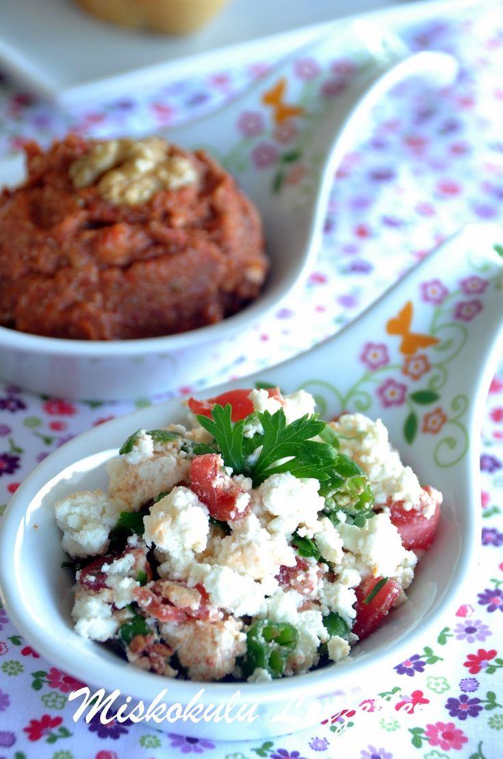 Geçtiğimiz hafta sonu kahvaltı sofrasında misafirlerime hazırlamıştım bu pratik, lezzetli salatayı.Tariflerde adı bu şekilde geçiyor am...