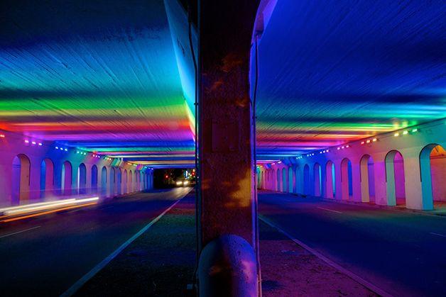 Artista transforma áreas urbanas com trabalho em luz de LED.