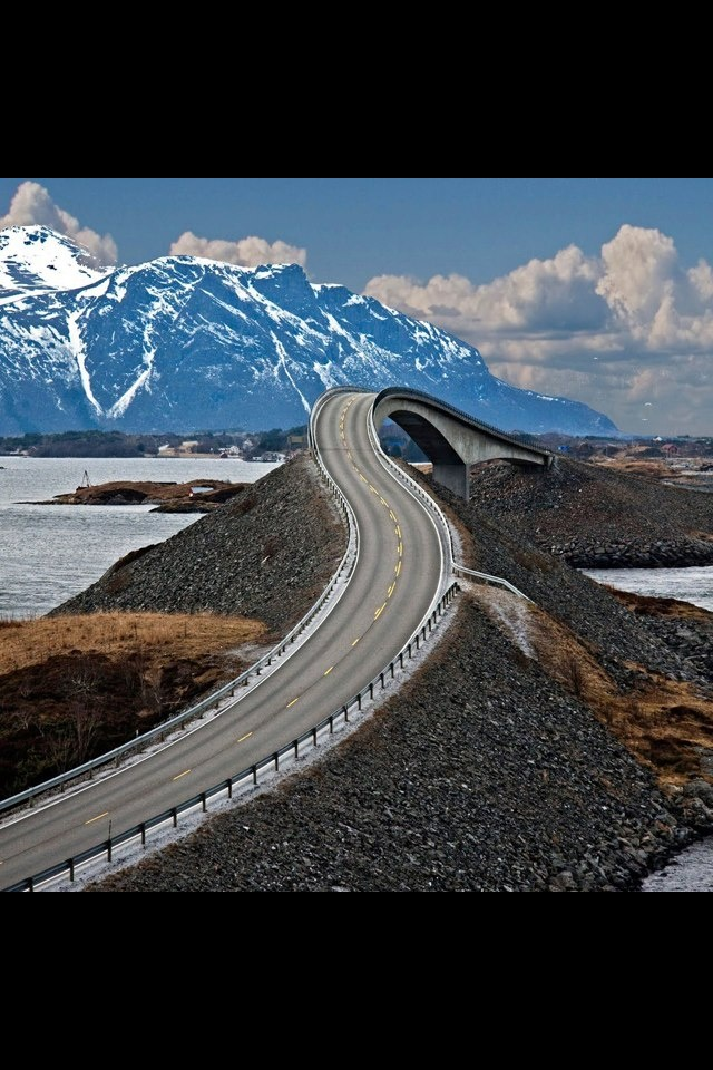 Norway&#39-s Storseisundet Bridge sees drivers lashed by powerful wind ...