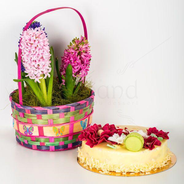 Alaturi de un delicios tort Pearl & Ruby (mousse de ciocolata alba cu zmeura), pe care l-am decorat cu flori comestibile, sta un cosulet elegant in care se afla florile cele mai inmiresmate ale primaverii, zambilele.  Poate fi cadoul perfect pentru mama, iubita sau sotia ta cu ocazia zilei de 1 sau 8 Martie.