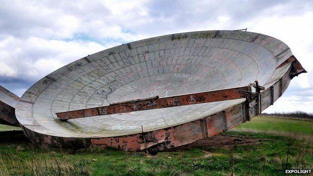 Redundant microwave dishes_Haunting images of the UK's redundant RAF bases - BBC News