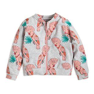 Fina rosa papegojor gör den mjuka bomberjackan till en färgstark favorit. Matcha med liknande byxor för en riktigt härlig kombination.  - Dragkedja fram - Tryck fram och bak - Ofodrad - Mjuk bomullsblandning  Maskintvätt 60° Material: 48% BOMULL 48% MODAL 4% ELASTAN Artikelnummer: 7351250
