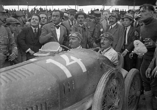 El francès Albert Divo, amb Talbot, despres de classifica-se primer al GP Penya Rhin de 1923 Vilafranca del Penedes