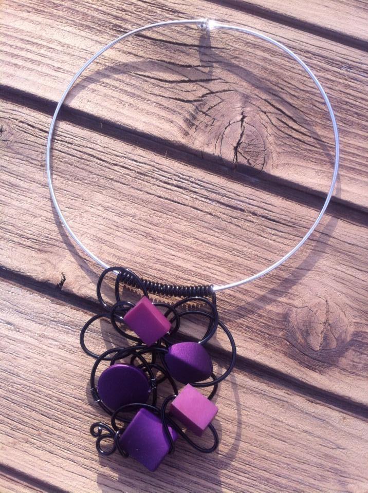 Collier n°043  Avec un tour de cou argenté, customisé avec du fil d'aluminium de couleur noir ainsi de ces perles violette  Retrouvez ce modéle sur ma page facebook : https://www.facebook.com/olivia.creation.5