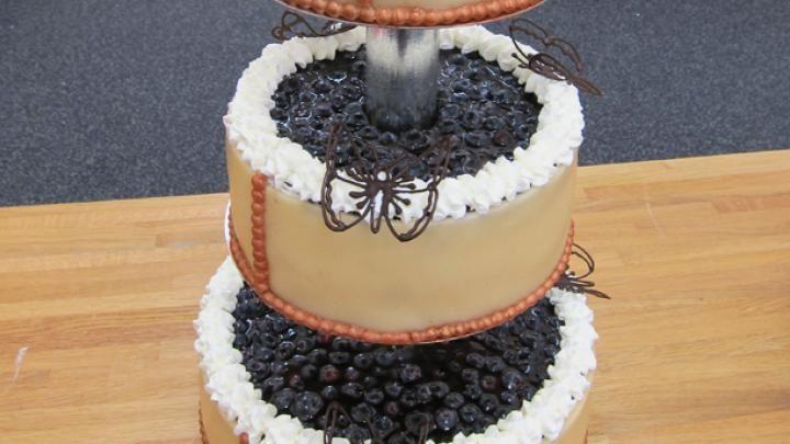 Billede af bryllupskage med solbær- og blåbærmousse og hvid chokolademousse