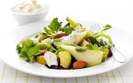 Päron- och avokadosallad med ädelostdressing | Recept på fräsch och supergod sallad med den klassiska smakkombinationen ädelost och päron. Avokado och mandel balanserar smakerna väl och gör salladen matig.