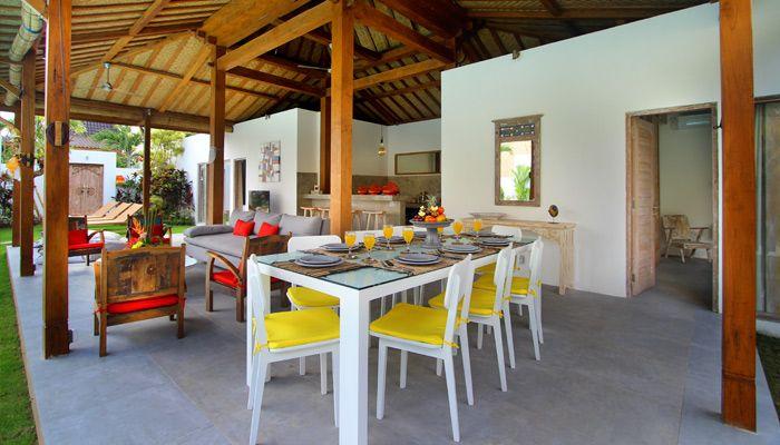 Villa 4 kamar disewakan di Bali. Ruang makan terbuka yang menghadap ke kolam renang