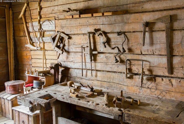 Puutyökaluja - vanha vanhanaikainen työkalu vanhat vanhanaikaiset työkalut puutyökalu puutyökalut puinen puiset puuta höyläpenkki hirsiseinä puutyöverstas museo näyttely