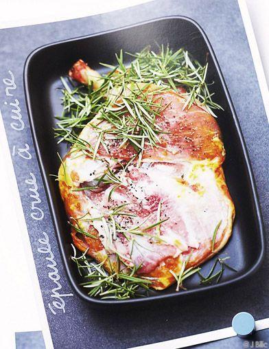 Recette Épaule d'agneau entière rôtie au four  : Préchauffez le four sur th. 7-8/220°.Enduisez 1 belle épaule (1 à 1,2 kg) d'huile d'olive et placez-la dans un plat à four. Parsemez de 1 ou 2 branches de romarin, 2 feuilles de laurier et quelques brins de thym frais. Versez au fond du pl...