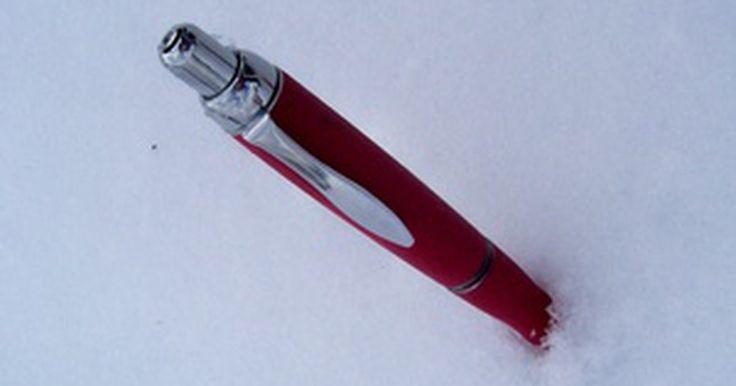 Cómo preparar una pistola de bolígrafo de calibre .22. Una pistola de bolígrafo de calibre 22 parece un bolígrafo ordinario pero tiene la habilidad de disparar una bolita. Puedes hacer una pistola de bolígrafo que dispare una bolita de plástico del tamaño de una bala de calibre 22 en un instante. Necesitarás algunos objetos que se encuentran comúnmente en una casa y una bolita de plástico de calibre ...