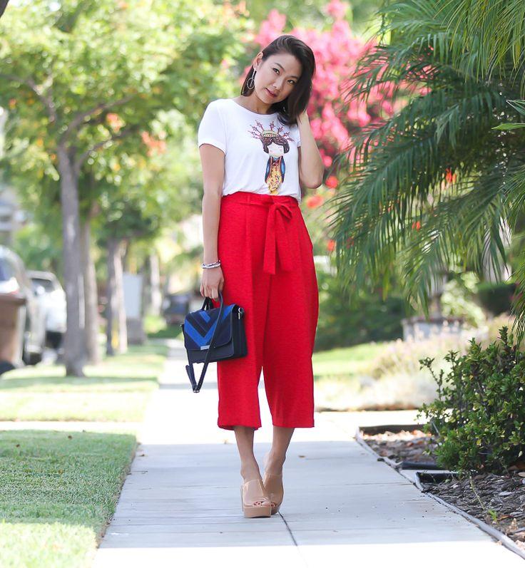 Look da Vivi Kim com pantacourt vermelha e tshirt matrioska, para completar Melissa Mule nude.