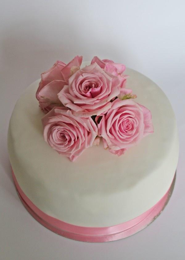 Det är en fin tårta, rosetterna gör tårtan finare.