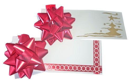Tarjeta regalo con moña. Moña de color Rojo Brillo. La medida de la tarjeta es de 130 x 48 mm. La bolsa incluye dos unidades. Una tarjeta va con una moña de color rojo mate y estampado rojo en la tarjeta y la otra moña es color rojo brillo y un estampado navideño en oro