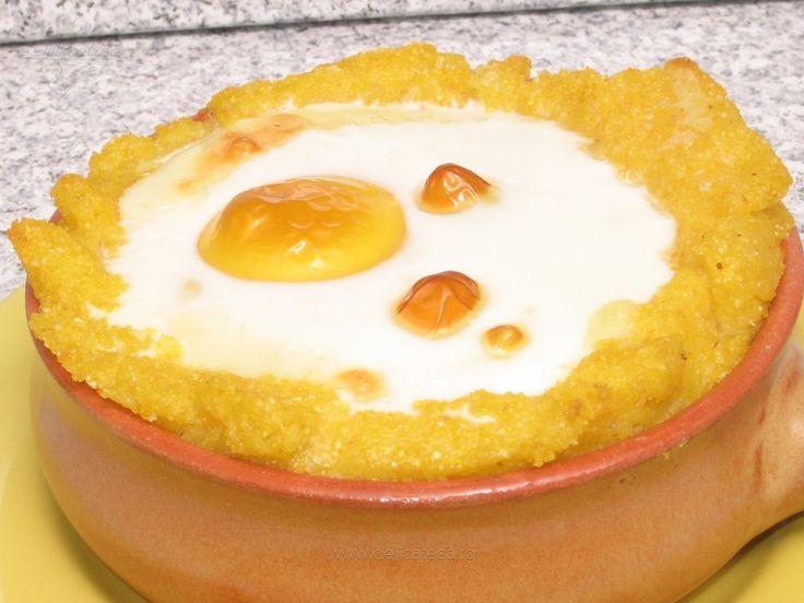 Cuib de mămăligă cu brânză şi ou