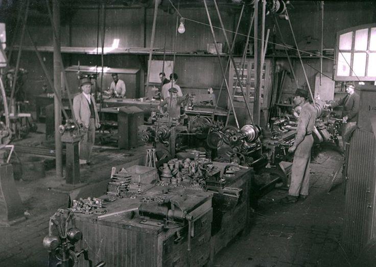 Oficina da VFRGS em 1956 Santa Maria - Rio Grande do Sul!!!  Foto: José Abraham.  Nas oficinas da VFRGS era feita a manutenção dos trens e até eram fabricadas peças, especialmente durante a II Guerra, quando era difícil a importação. Em 30 de setembro de 1957, a VFRGS passou a integrar a Rede Ferroviária Federal S. A. (RFFSA).