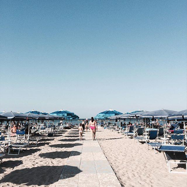 Voglia di mare? Voglia di sdraiarti comodamente al sole e sorseggiare un cocktail ghiacciato? Beh qui da noi a #Pescara hai solo l'imbarazzo della scelta... Tanto mare tanta spiaggia tanta gente e tanto tanto ma tanto divertimento!  Vi ricordiamo che fino al 15 settembre l'account sarà gestito da noi di @igers_abruzzo e insieme scopriremo le bellezze della nostra terra! Fotografia di: @donald_balla by lacronacaitaliana