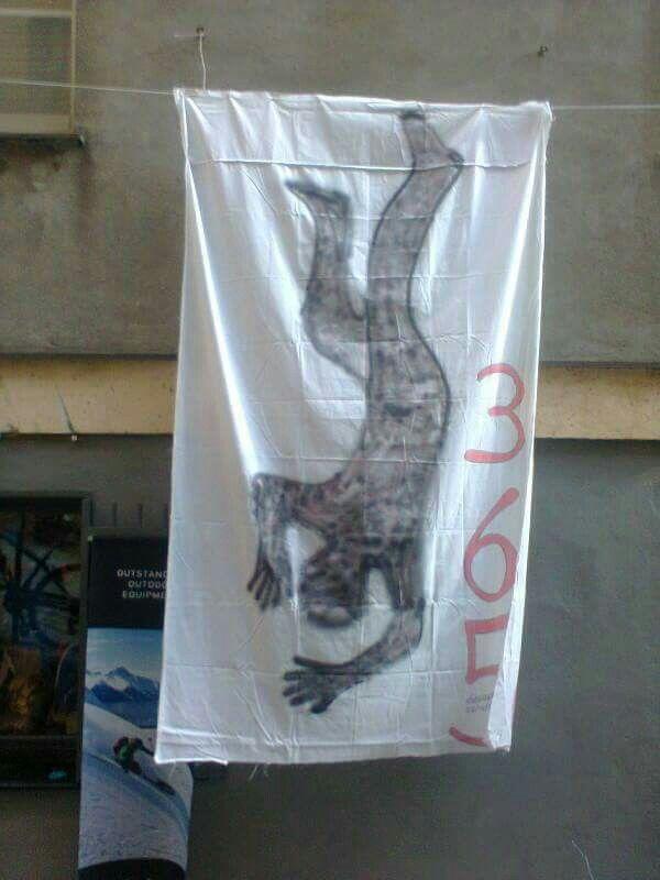 Genova piazza dei trogoli di santa BRIGIDA.  365 suicidi di stato, Atto primo. 26 ottobre 2013.I PANNI SPORCHI NON LI LAVO IN FAMIGLIA,  LI STENDO IN PIAZZA.