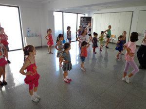 2 intrebari pe care ni le punem cand ne inscriem copiii la o scoala de dans