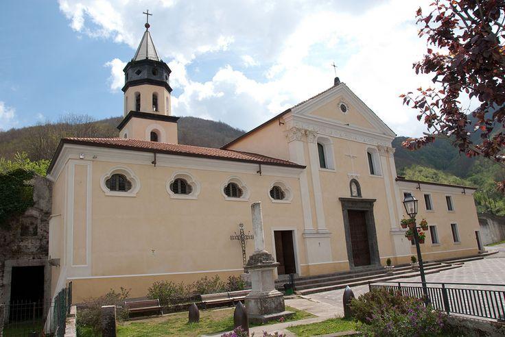 La Chiesa arcipretale di Santa Croce in Spiano, domina, con la sua inaspettata imponenza la Valle del sanseverinese