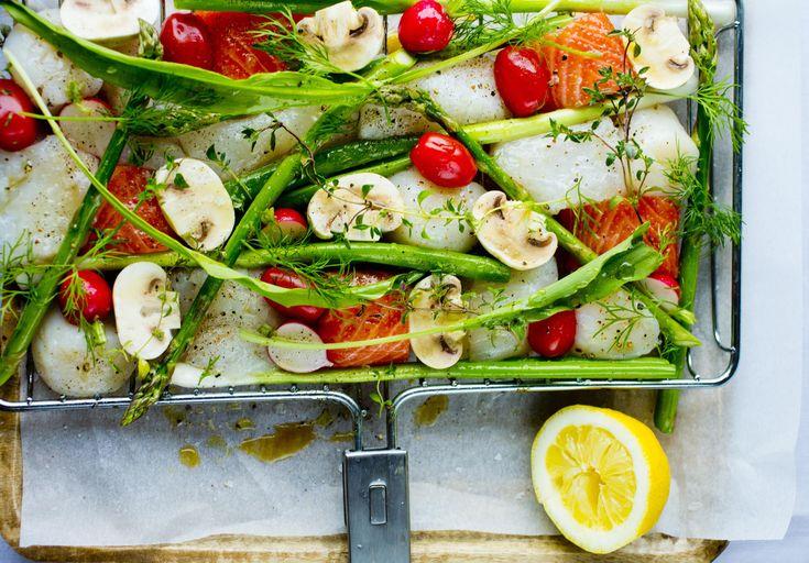 Denne retten kan sammenlignes med en fiskewok og kan enkelt varieres etter ønske. Drypp gjerne litt urteolje eller hvitløkolje over fisken og grønnsakene mot slutten av grillingen.