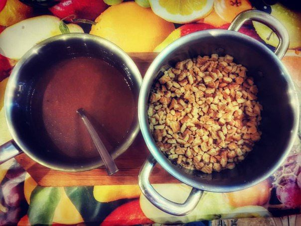 """Десерт из детства - шоколадная колбаса 🍫🍫🍫 Сегодня готовим его! Рецепт: упаковка печенья Зея (примерно 0,5 кг), банка сгущенки, 250 г сливочного масла, 2 столовые ложки какао. 🍫🍫🍫 Печенье нужно измельчить (50 на 50 в крошку и в маленькие кусочки), масло растопить, смешать какао и сгущенку. Затем вылить масло в смесь сгущенки и какао, тщательно размешать. Ну и наконец, равномерно залить этим печенье. 🍫🍫🍫 В пищевой пленке сформировать """"колбаски"""" и в морозилку!"""