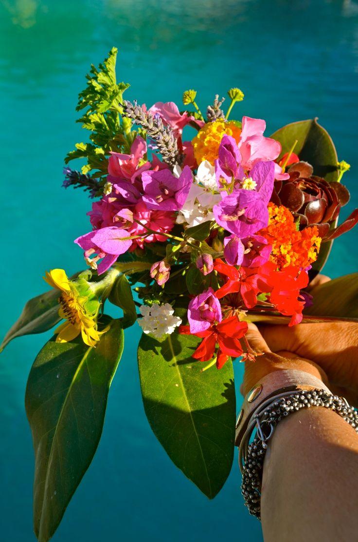 Een bosje bloemen uit onze tuin voor gasten die inmiddels vrienden zijn geworden. #bijzonder