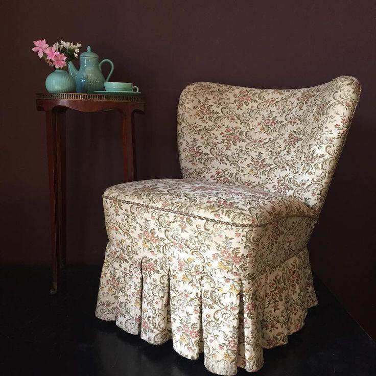 Smuk lænestol med det fineste blomstrede stof 🌸H: 70 B: 65 D: 62 Sæde H: 41 cm 1.800 kr - Højt sidebord i palisander og messingkant H: 67 B: 36 cm 950 kr - Grøn keramikvase H: 8,5 cm 750 kr - Grøn kaffekanden H: 18 cm (sælges i sæt af 3 dele - kande, sukker, fløde) 650 kr. Kaffekop i grøn porcelæn med underkop Ø: 9,5 cm 125 kr - (9 stk. haves) #blomstret #stol #vintageinterior #vintageshop #elseschneider