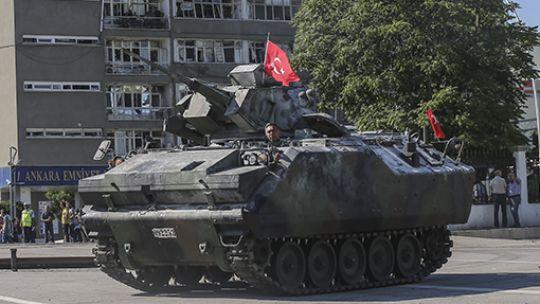 Ankara'daki tanklar kışlaya çekildi Darbe girişimi gecesi hainler tarafından Ankara Emniyet Müdürlüğü önüne getirilen tanklar, darbe girişiminin püskürtülmesi üzerine önce Ankara Emniyet Müdürlüğü'nün bahçesine alındı. Bahçeye alınan tanklar daha sonra askeri tırlarla kışlalarına gönderildi. Tankların gönderilme anı kameralara yansıdı.