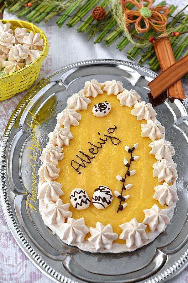 Krucha, chrupiąca beza upieczona w kształcie jajka, pokryta pysznym, cytrynowym kremem lemon curd. Udekorowana jest małymi bezami i czekoladą.
