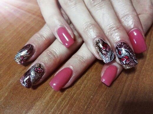 Unghie rosa antico con nail art di brillantini vinaccia, rosa, argento e oro con fiore
