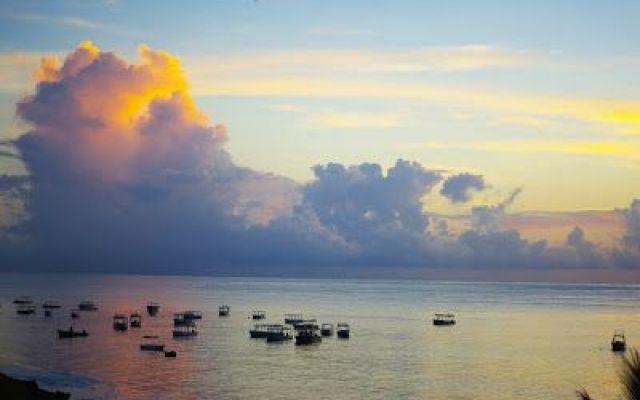 Malindi: una vacanza argentata Più bianca che argentea, in realtà, la bellissima spiaggia Silver Sands si trova a pochi chilometri da Malindi, in direzione sud, e accoglie diversi hotel di lusso. Le attività più diffuse qui sono l #viaggi #relax #estate