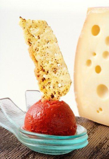 Paprikasorbet und Käse-Chips selber machen - Schnelle Partyrezepte - Überraschen Sie Ihre Gäste gleich beim Aperitif mit einem tollen Kontrast aus knusprig-eisigem Knabberzeug. Selber machen muss nicht schwer sein, denn pro Person benötigen...