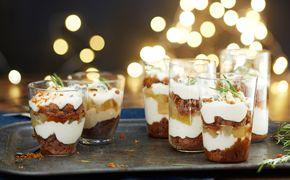 Mausteisessa sokeriliemessä keitetyt päärynät, piparkakkurahka, keksit ja sinihomejuusto ovat täydellinen yhdistelmä pikkujoulujen jälkiruoaksi.