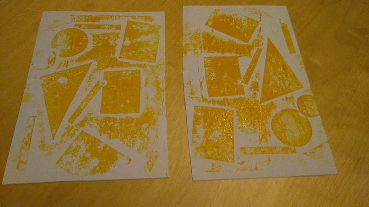 Tisk z papírové koláže  Nejprve ze čtvrtky vystříháme tvary, které budeme potřebovat k výrobě koláže. Ty důkladně nalepíme na čtvrtku. Na destičku naneseme tiskařskou barvu, rozválíme válečkem. Když máme na válečku vrstvu barvy, přetřeme koláž (nejzábavnější fáze). Poté, co se vám s dětmi podaří mít celou plochu koláže nabarvenou, můžete obtisknout na papír. Matrice (koláž, ze které obtiskáváte) vám vydrží i na několik pokusů.