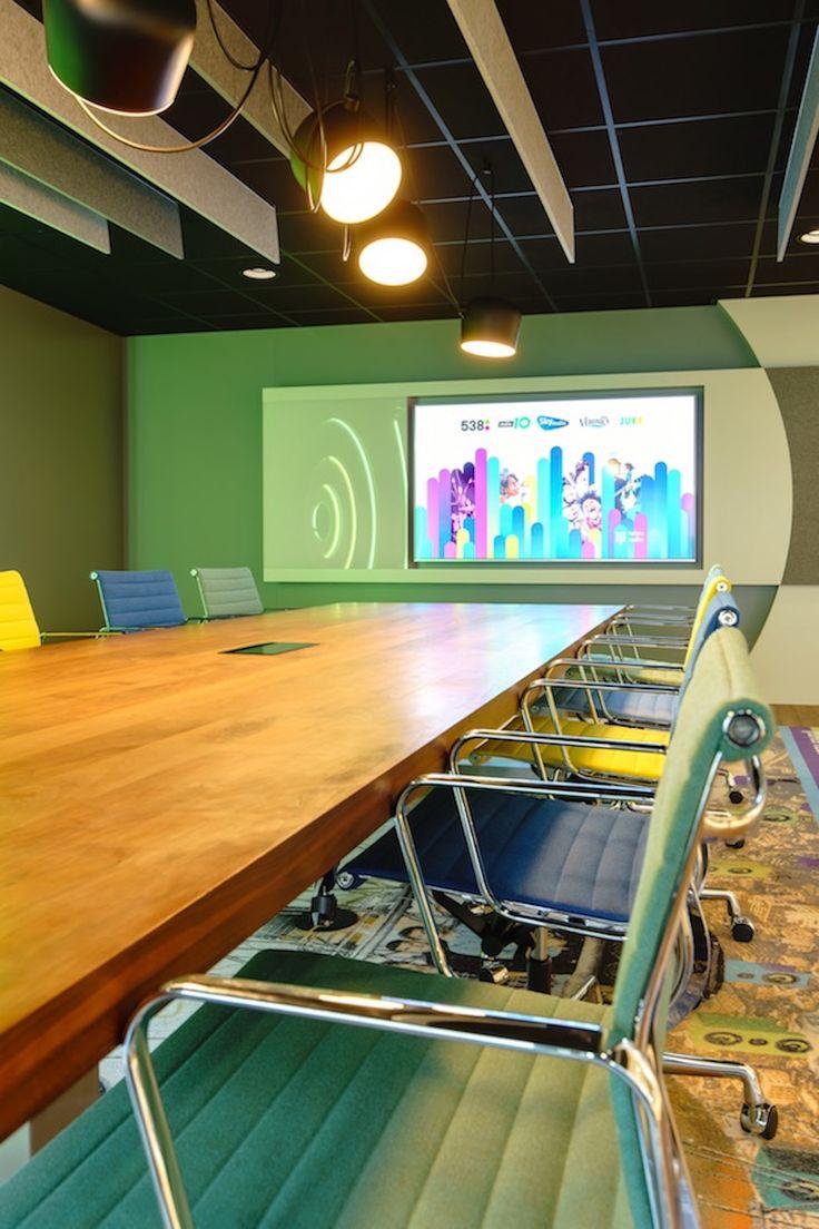 Voor Talpa Radio een op maat gemaakt TV meubel met een gerecyclede Pet Felt deel als prikboard, en een deel van glas voor aantekeningen.
