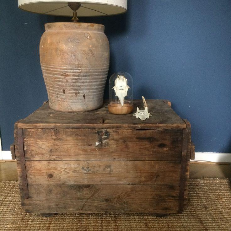 Top 3 woonspullen op zondag | nummer 1 Geef je #interieur een oude, robuuste touch met deze #stoere, vergrijsde houten #kist met metalen slot en inscripties.