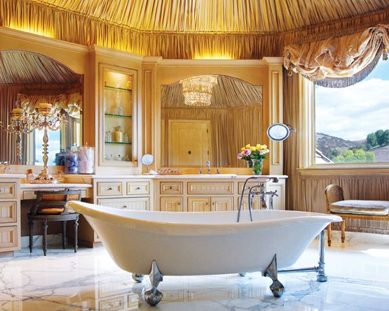 Vorrei questo bagno perché mi piace lo stile. La vasca nel mezzo alla stanza è molto elegante e mi piacciono le finestre con le tende.