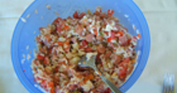 De moeder van Myriam Vandendriessche was als jong meisje tewerkgesteld als meid en daar leerde ze veel koken. Dit recept voor koude rijstsalade bracht ze mee toen ze huwde.