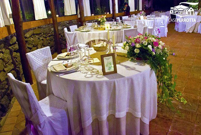 Allestimento gazebo per ricevimento nozze - tavolo degli sposi con fiori
