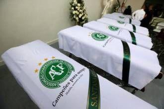 Caixões de vítimas de acidente aéreo com time da Chapecoense em funerária de Medellín