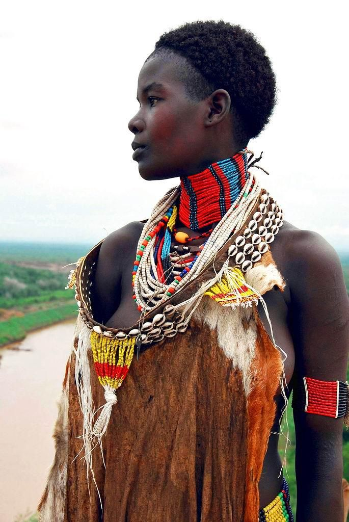 The art of adornment on a young woman of the KARO tribe, living at the Omo river's western bank (Ethiopia) |  © Frieda Ryckaert
