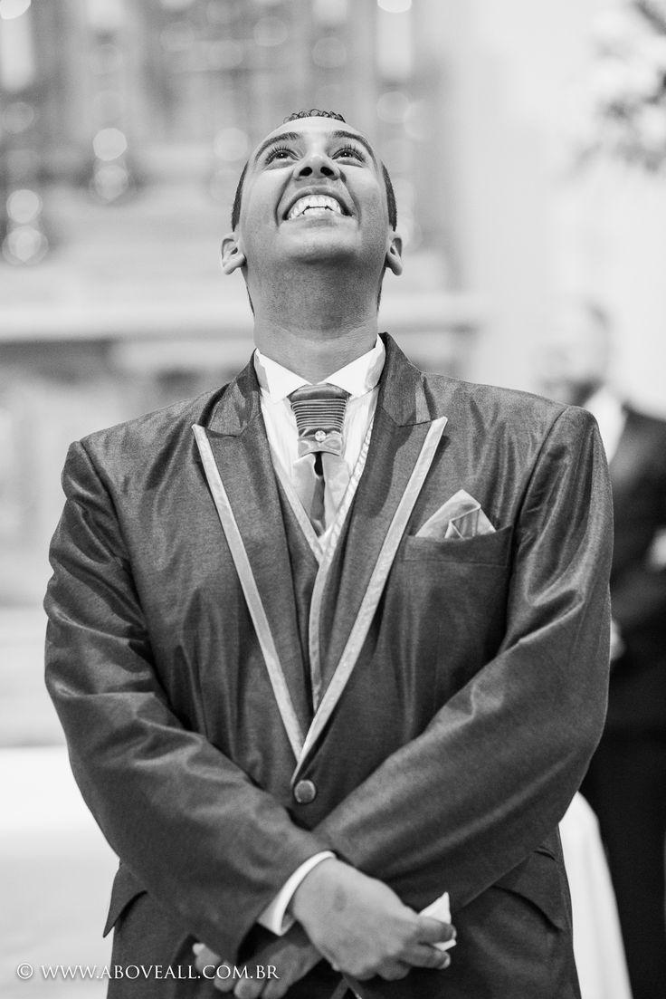 Não tem como explicar esse momento de emoção.  Como fotógrafos de casamento são momentos assim que sempre buscamos.  Quando a porta da igreja abre para a noiva entrar, esse é o melhor momento para captar a emoção do noivo.      #Fotografiadecasamento #AboveFotografia #Noivei #Casamento #Noivo #Bride #Wedding #SaoPaulo #Love #IgrejaSãofrancisco