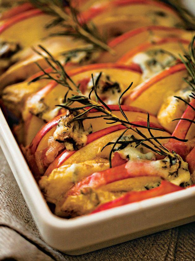 肉料理の付け合わせにもいけそう。バナナやりんごのような定番フルーツも、火を通すと香りと甘みが立って、また違うおいしさ。塩気のある生ハム、ブルーチーズを合わせると、デザートでなく前菜になるのがフルーツの実力。|『ELLE a table』はおしゃれで簡単なレシピが満載!